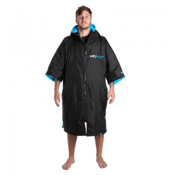 man wearing Short sleeve Dryrobe Black Blue