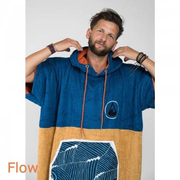 Man wearing Wave Bamboo Towel Blue Gold